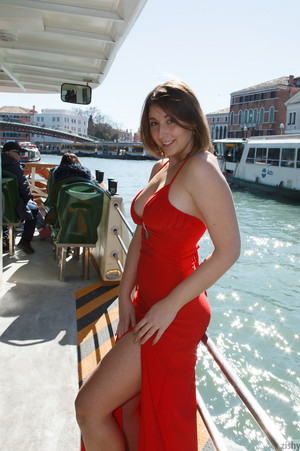 Italian beauty Carolina Firenze is turning heads as she takes off her red dress in public